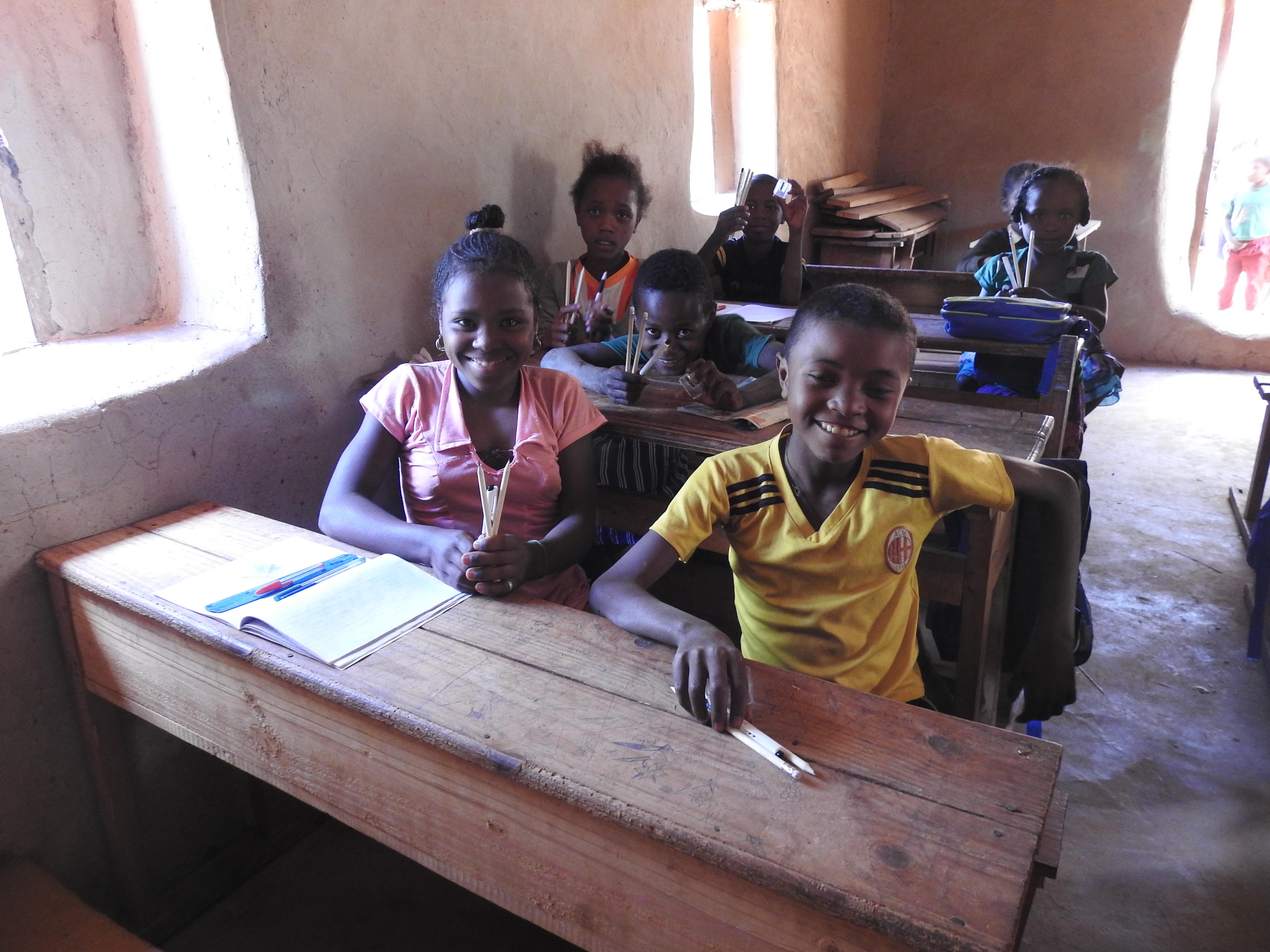 die Kinder freuen sich über verteiltes Schulmaterial