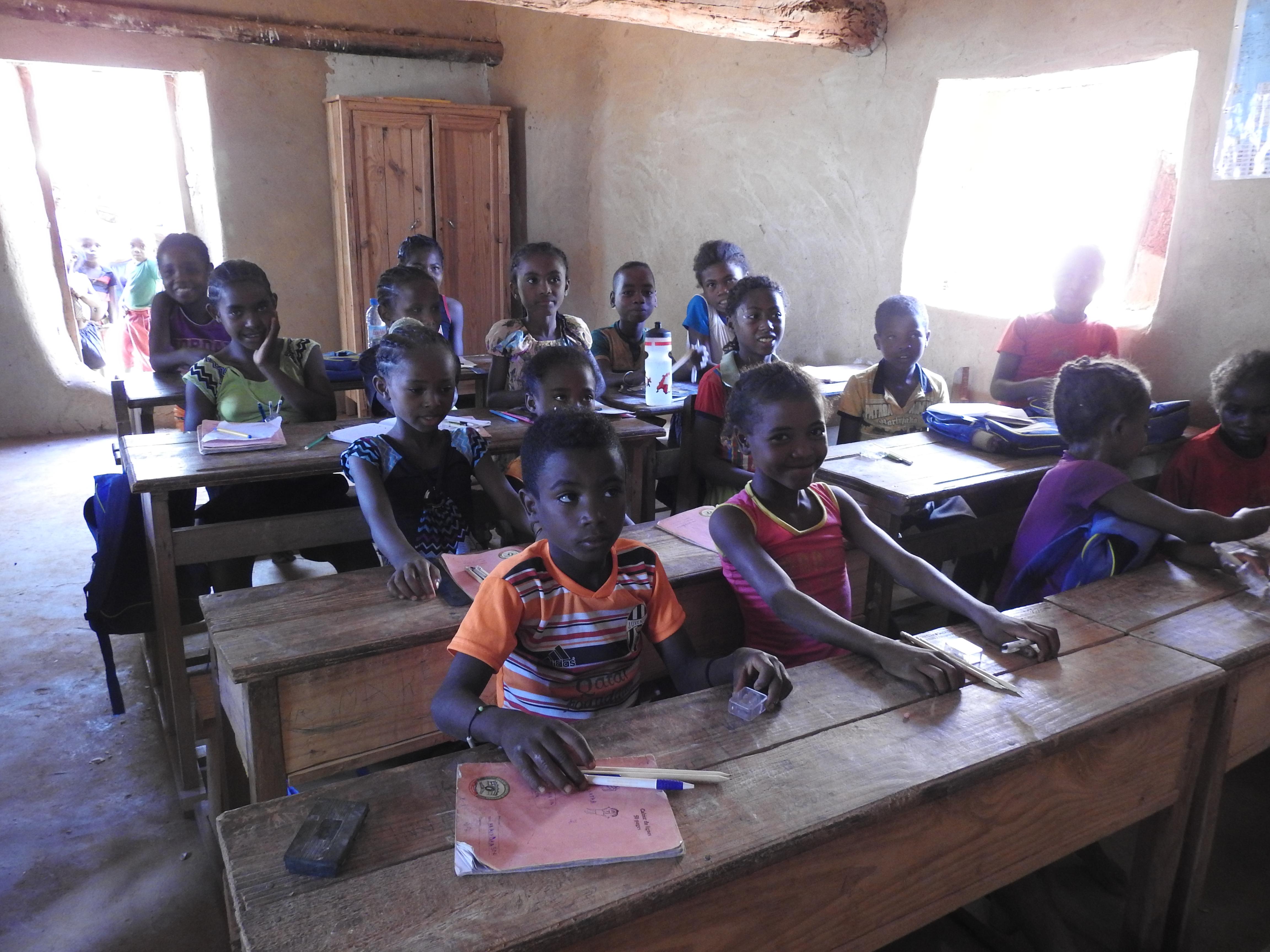die Kinder freuen sich über ihre neuen Stifte und Anspitzer