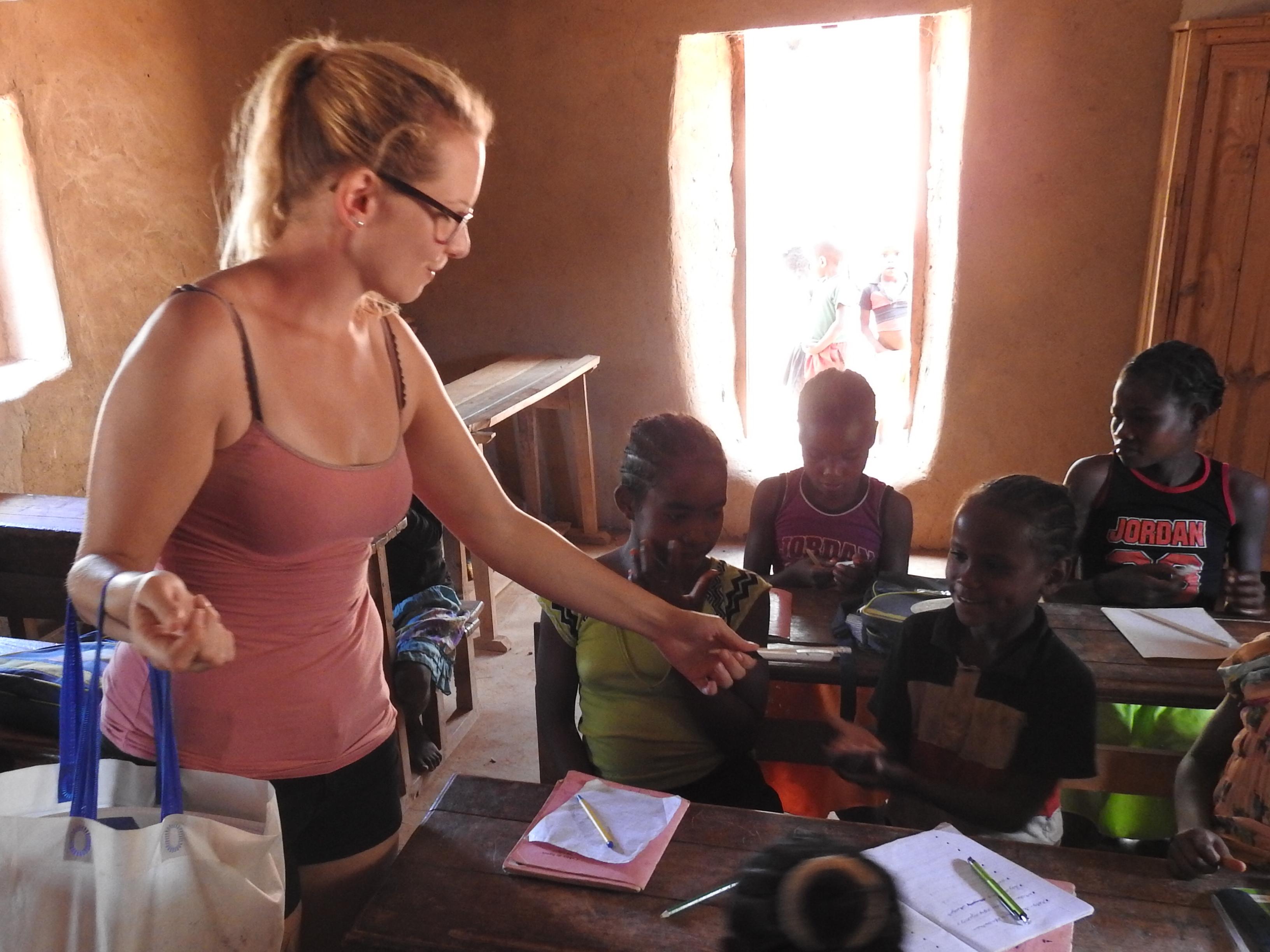 Helfen Sie uns, zu Helfen! Nehmen auch sie Schulmaterialien mit nach Madagaskar und verteilen sie diese in den Schulen - die Dankbarkeit der Kinder ist unendlich...
