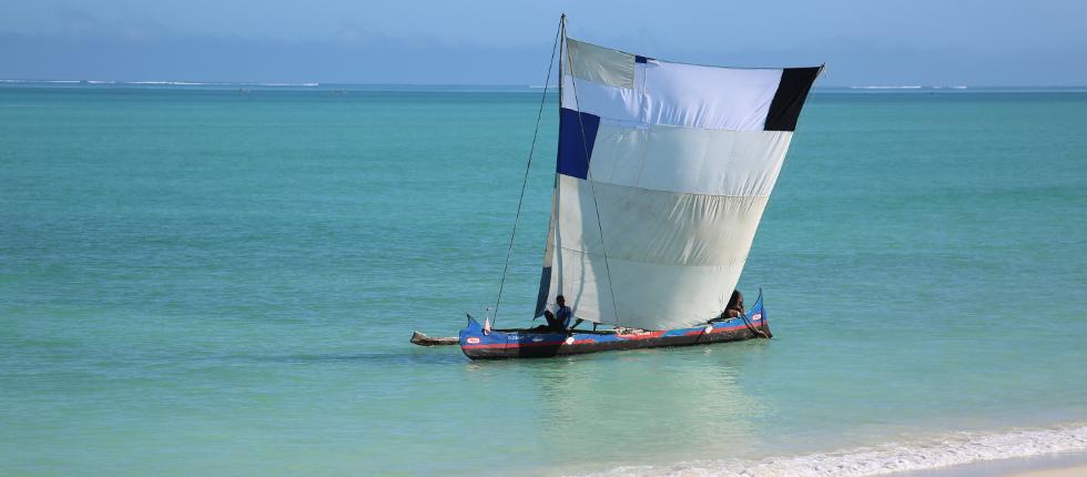 die einheimischen Fischer fahren mit Piroggen zum Fischen