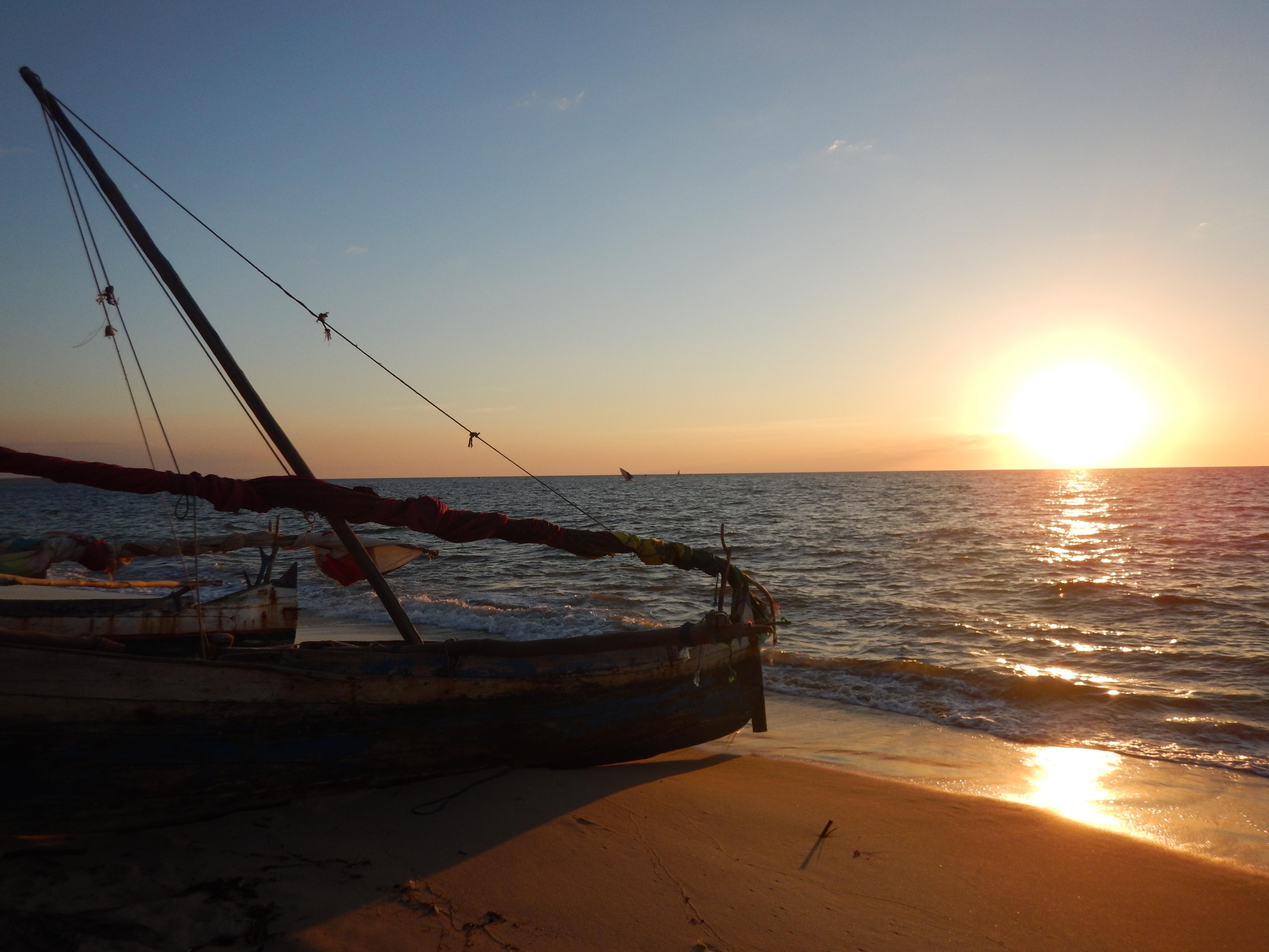 endloser Sandstrand am Kanal von Mozambique mit zahlreichen Restaurants direkt am Wasser, die frische Meeresfrüchte anbieten